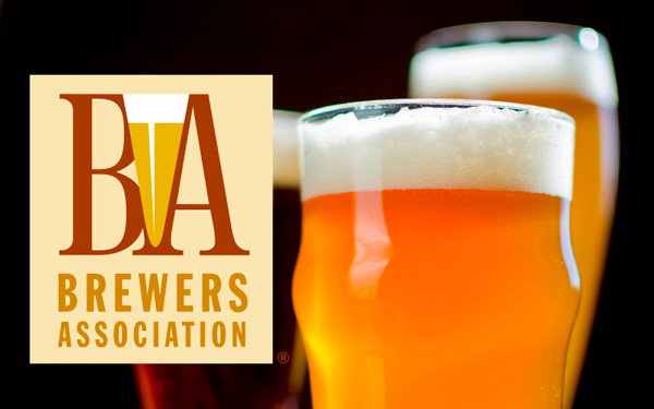 Logo brewers association y vaso de cerveza al lado.